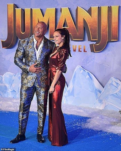 Cặp đôi tạo dáng trên thảm xanh. Ảnh: Film Magic.