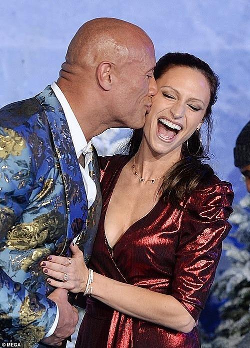 Nam diễn viên thơm chặt vào má vợ. Ảnh: Mega.