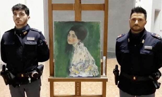 Cảnh sát canh phòng nghiêm ngặt bức tranh.