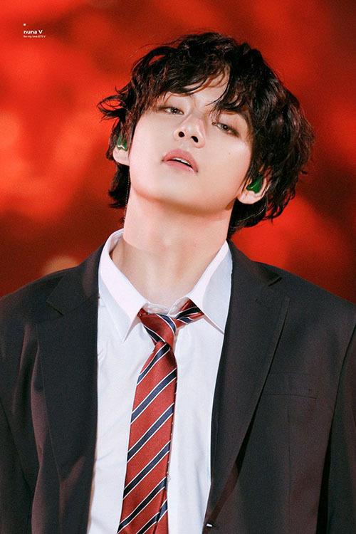 Ở MAMA 2019, thành viên BTS gây sốt với mái tóc xoăn lãng tử.