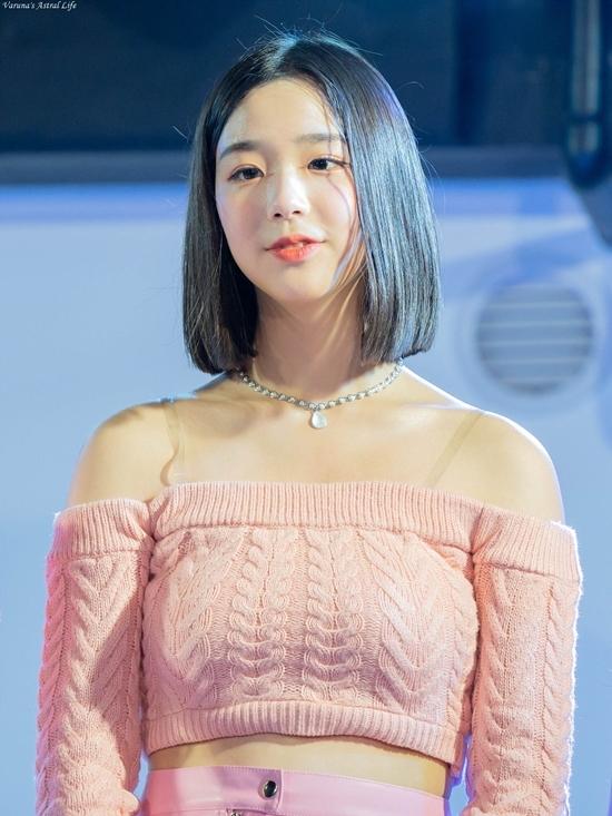Chae Yeon sinh năm 2004, là thành viên nhỏ tuổi nhất girlgroup Busters.
