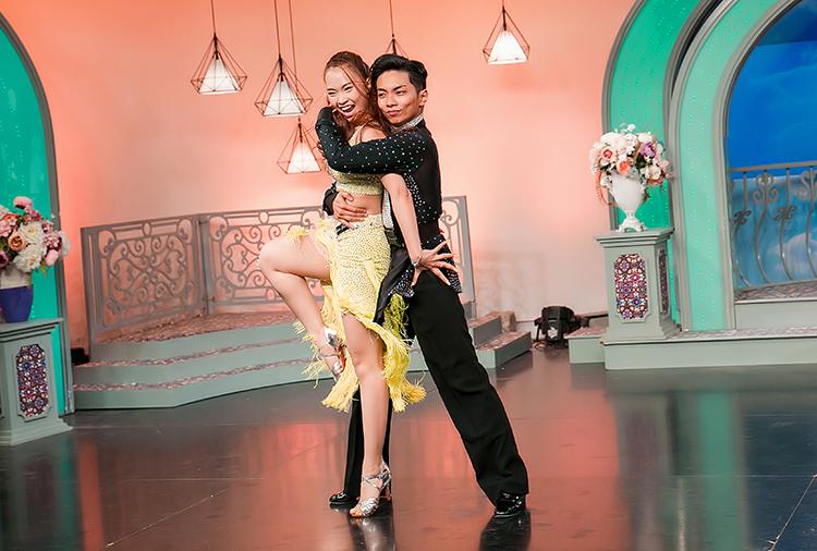 ũng trong chương trình, Phan Hiển – Nhã Khanh còn biểu diễn hai điệu nhảy Chahchacha và Jive.