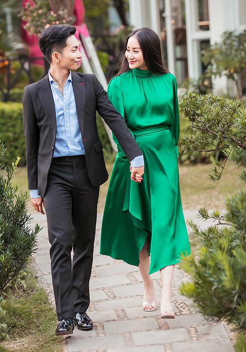 Phan Hiển là một trong những học trò đầu tiên của Khánh Thi, sau đó hai cô trò bén duyên thành vợ chồng dù cách biệt nhau đến 12 tuổi.