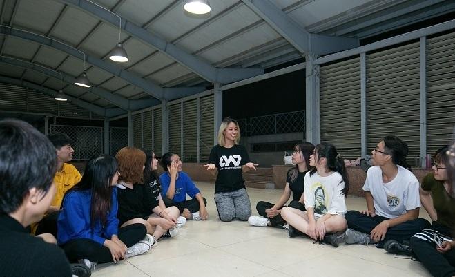 Huấn luyện viên Hoàng Yến trao đổi với sinh viên Đại học Y Hà Nội.