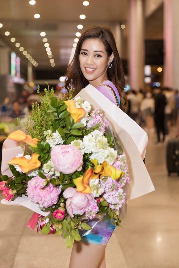 Khánh Vân đăng quang Hoa hậu Hoàn vũ Việt Nam tối 7/11. Tối 10/12, cô trở về TP HCM cùng hai Á hậu để bắt đầu các hoạt động với cương vị mới. Người đẹp mặc đầm ôm sát, cúp ngực, chuẩn bị sẵn hoa tặng đàn chị.