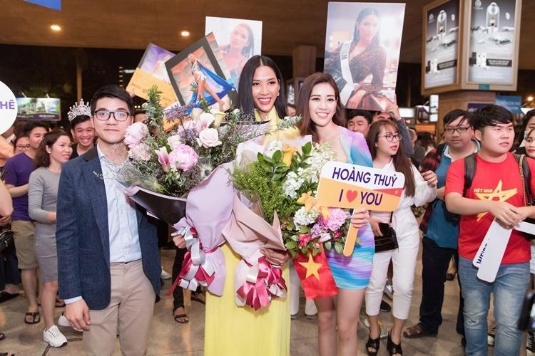 Khánh Vân trải qua một ngày giao lưu cùng các cơ quan báo chí, truyền thông tại TP HCM nhưng vẫn tới sân bay vào tối muộn để đón Hoàng Thùy trở về. Năm sau, cô sẽ tiếp bước Hoàng Thùy, dự thi Miss Universe.