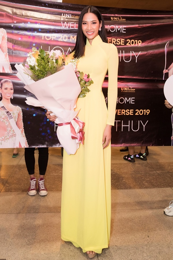 Hoàng Thùy về tới TP HCM sau hơn 10 ngày thi Miss Universe tại Atlanta (Mỹ), đêm 11/12. Cô diện áo dài vàng trong ngày trở về. Hoàng Thùy trước đó vào top 20 ở đấu trường nhan sắc khốc liệt nhất thế giới. Không thể vào sâu cuộc thi như HHen Niê nhưng thành tích của Hoàng Thùy vẫn là niềm tự hào với fan hâm mộ Việt.