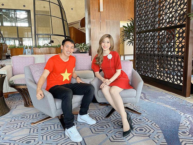 Phương Nga đảm nhiệm vai trò MC cho một chương trình giao lưu cùng chân sút Hùng Dũng.