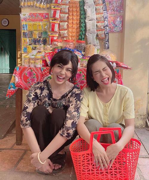 Duy Khánh và Khả Như được khen trông như chị em với bức ảnh xách làn đi chợ hài hước.