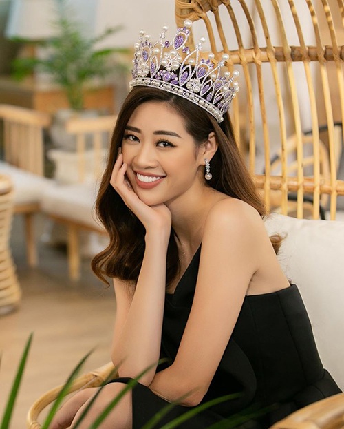 Hoa hậu Khánh Vân đội vương miện rạng rỡ đi giao lưu.