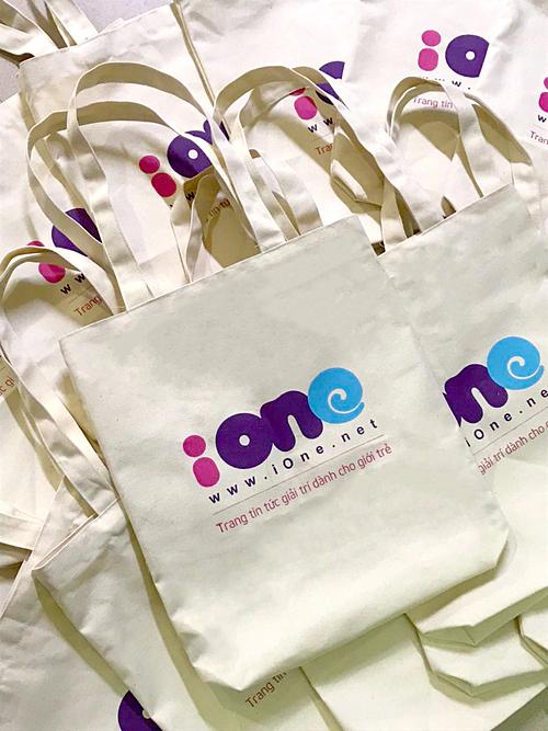 Những chiếc túi xinh xắn gửi tặng khán giả đến xem đêm chung kết.