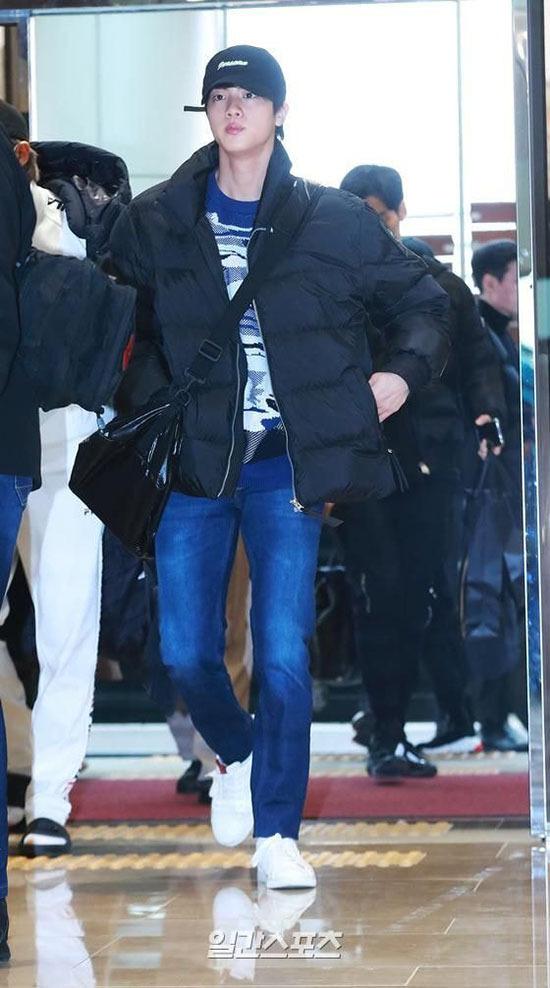 Jung Kook gây bão khi khoe chân dài ở sân bay - 3