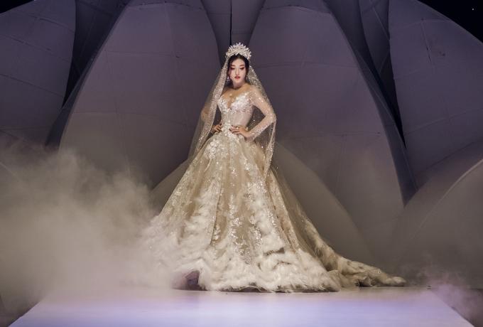 """<p> Á hậu Huyền My xuất hiện trên sàn diễn với bộ váy cưới lộng lẫy không kém. Cô đội vương miện, toát lên phong thái của """"nữ hoàng"""".</p>"""