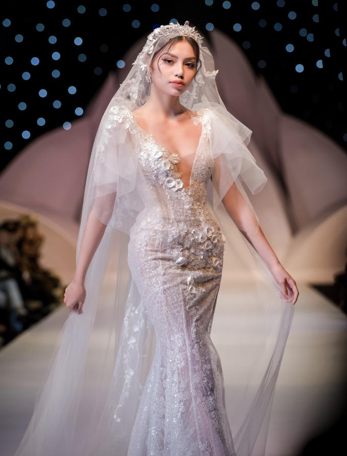<p> NTK Anh Thư trung thành với những dáng váy gợi cảm, tôn đường cong cho các cô dâu.</p>