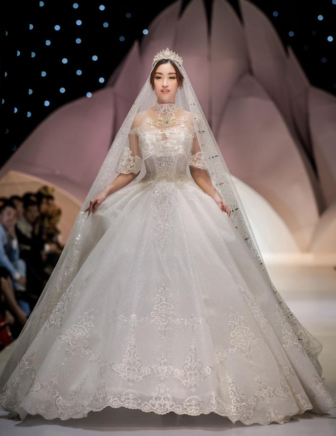 <p> Đỗ Mỹ Linh đảm nhiệm vai trò vedette cho bộ sưu tập váy cưới của NTK Phạm Đăng Anh Thư, trong khuôn khổ Tuần lễ thời trang và làm đẹp quốc tế Việt Nam diễn ra tại Hà Nội, ngày 12/12.</p>