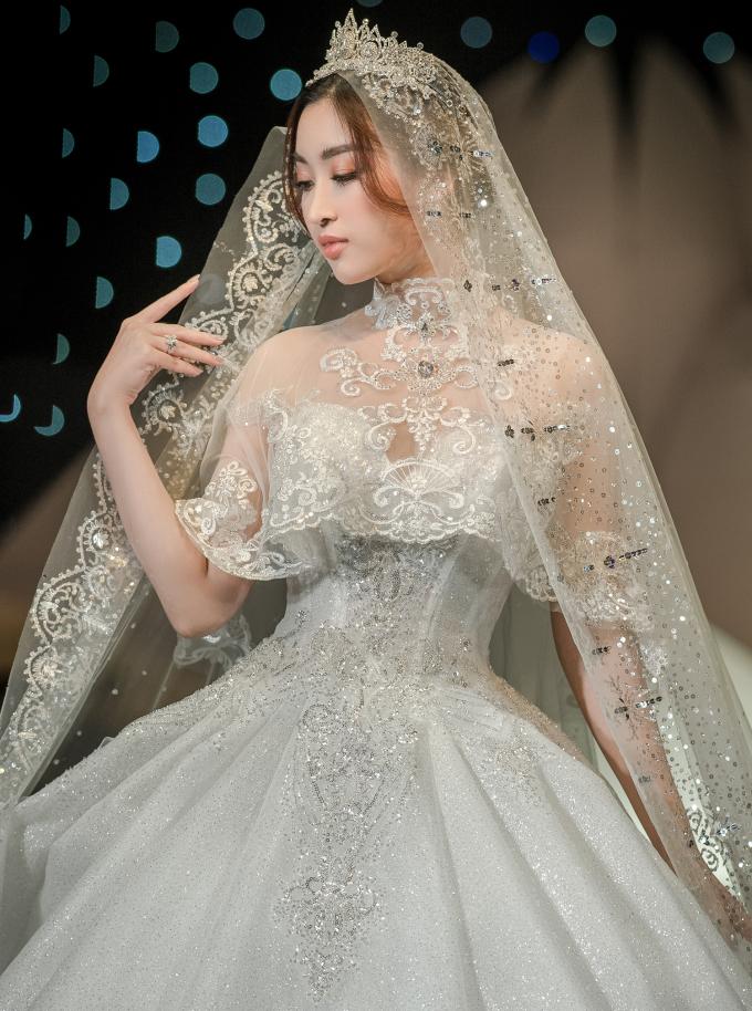 <p> Hoa hậu xuất hiện trên sân khấu với chiếc váy cưới nhiều tầng lớp lộng lẫy. Nó còn được đính sequin và đá lấp lánh tạo cảm giác như bước ra từ cổ tích.</p>