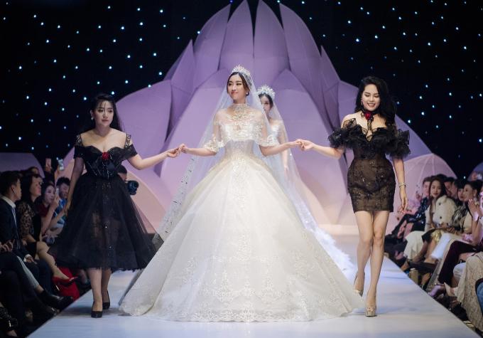 <p> Đỗ Mỹ Linh chào kết khán giả cùng NTK Anh Thư (trái) và CEO Nguyễn Hồng Nhung.</p> <p> Tuần lễ thời trang và làm đẹp quốc tế Việt Nam 2019 tiếp tục đến hết ngày 15/12.</p>