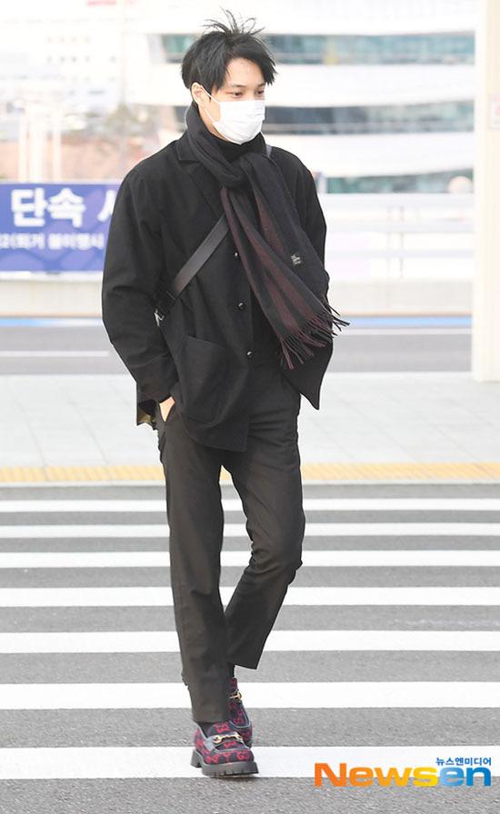 Jung Kook gây bão khi khoe chân dài ở sân bay - 11