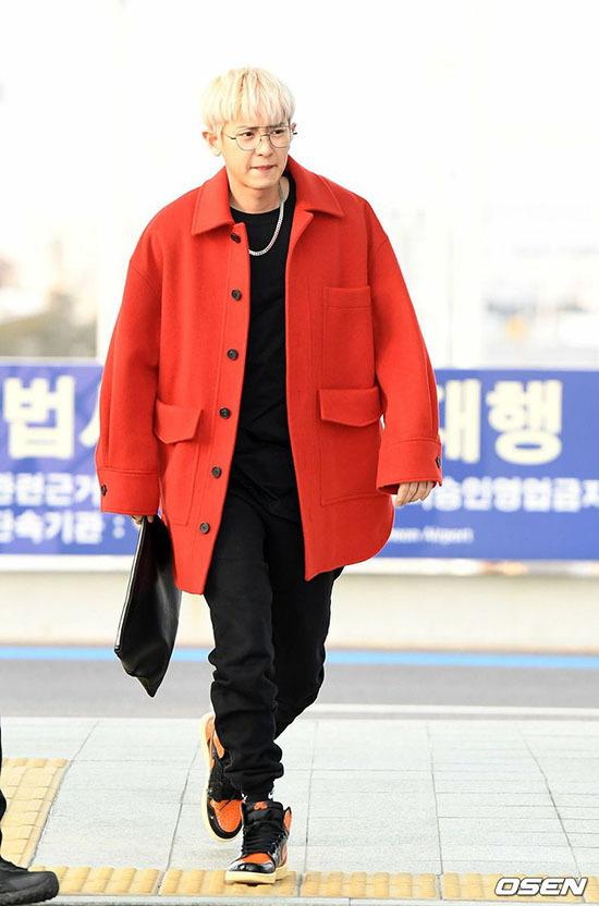 Jung Kook gây bão khi khoe chân dài ở sân bay - 8