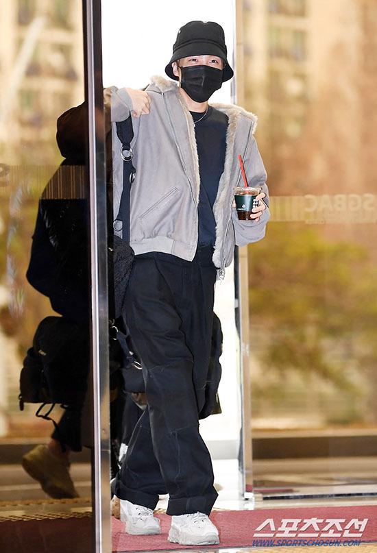 Jung Kook gây bão khi khoe chân dài ở sân bay - 7
