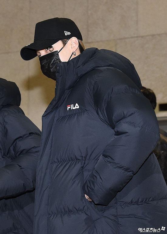 Jung Kook gây bão khi khoe chân dài ở sân bay - 4