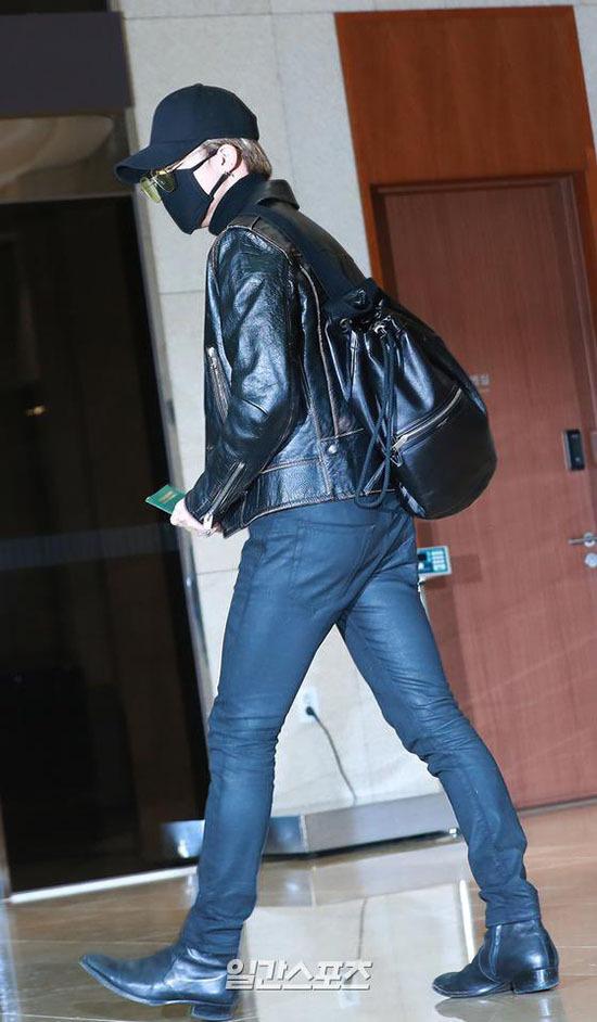 Jung Kook gây bão khi khoe chân dài ở sân bay - 5