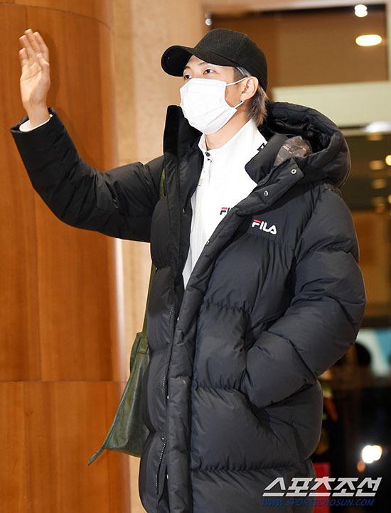 Jung Kook gây bão khi khoe chân dài ở sân bay - 6