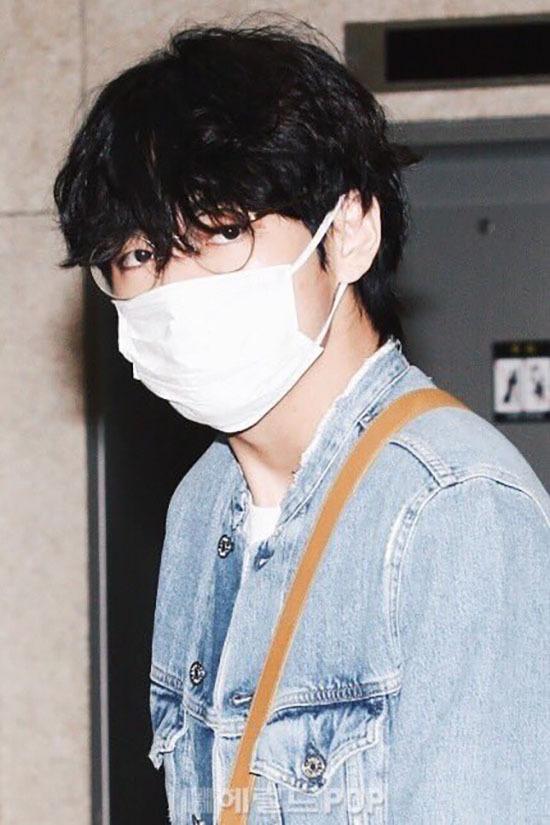 Jung Kook gây bão khi khoe chân dài ở sân bay - 2