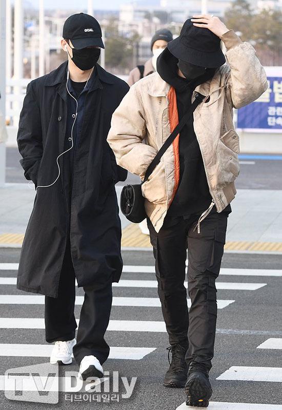 Jung Kook gây bão khi khoe chân dài ở sân bay - 12