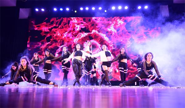 Với BAAT (Học viện Ngân hàng), để chuẩn bị cho vòng chung kết Kpop Dance For Youth, lịch tập của nhóm tăng gấp đôi so với vòng Đối đầu. Ngọc Điệp, trưởng nhóm cho biết các thành viên tan học vào lúc 15hvà bắt đầu tập tuyện từ 16h đến tối muộn.Nhóm chọn hình tượng học sinh để phù hợp với phần thibắt buộc - Dalla Dalla (ITZY) và tận dụng tối đa đạo cụ để tạo ấn tượng với ban giám khảo, cũng như khản giả, đại diện BAATtiết lộ về phần thi đêm chung kết.