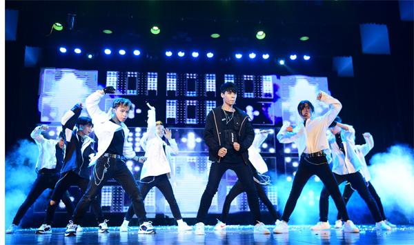 Kings Crew là đối thủ nặng kývới các đội thi trong chương trình Kpop Dance For Youth bởixây dựng bố cục đồng đều, kỹ thuật tốt.Đặc biệt, trong vòng Đối đầu, nhóm nhảy đến từ trường ĐH Sư phạm Hà Nội còn khiến khản giả ngạc nhiên khi nhảy cover Obsession của EXO, bài hát mới phát hành trước đó 3 ngày. Đêm chung kết, theo bốc thăm,Kings Crewnhảy cover bài của Sunmi.