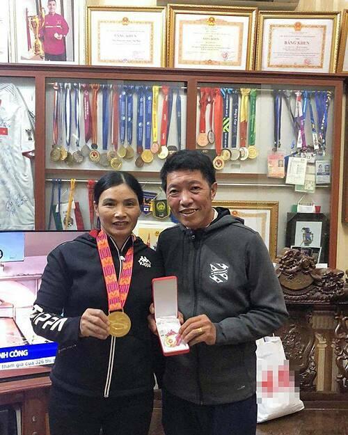 Bố mẹ Văn Hậu chụp hình với huy chương vàng SEA Games.