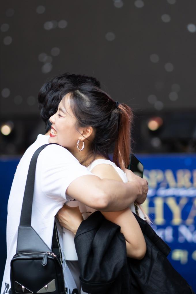 <p> Vốn là một fan cuồng nhiệt của So Hyang, Trấn Thành dành thời gian trò chuyện cùng diva. Anh cũng chuẩn bị món quà bí mật khiến nữ ca sĩ Hàn phấn khích.</p>