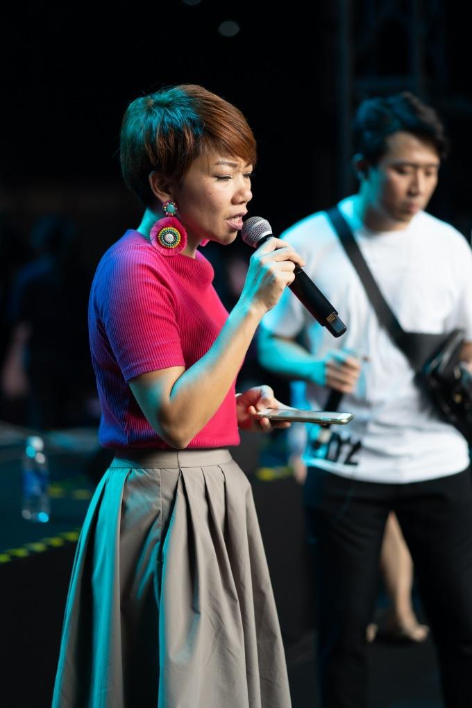 <p> Vừa đáp chuyến bay từ Mỹ về Việt Nam, Hà Trần nhanh chóng có mặt tại buổi tập luyện. Nữ diva cũng háo hức khi lần đầu đứng cùng sân khấu với giọng ca đẳng cấp châu Á.</p>