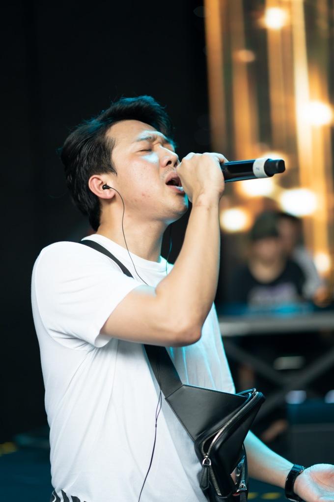 <p> Ngoài vai trò MC, Trấn Thành còn làm biên tập âm nhạc cho chương trình. Nam nghệ sĩ còn ráo riết tập luyện cho một tiết mục hát hứa hẹn mang đến bất ngờ cho khán giả.</p>