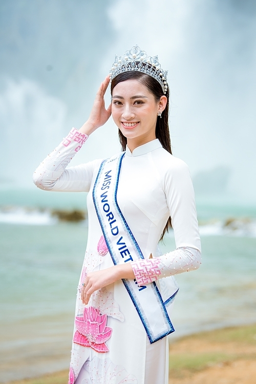 Lương Thùy Linh vượt qua 39 thí sinh, đăng quangMiss World Vietnam hồi đầu tháng 8. Cô gái Cao Bằng nhận vương miện và giành quyền đại diện Việt Nam dự Miss World. Lương Thùy Linh có bốn tháng chuẩn bị trước khi sang London (Anh) dự thi.