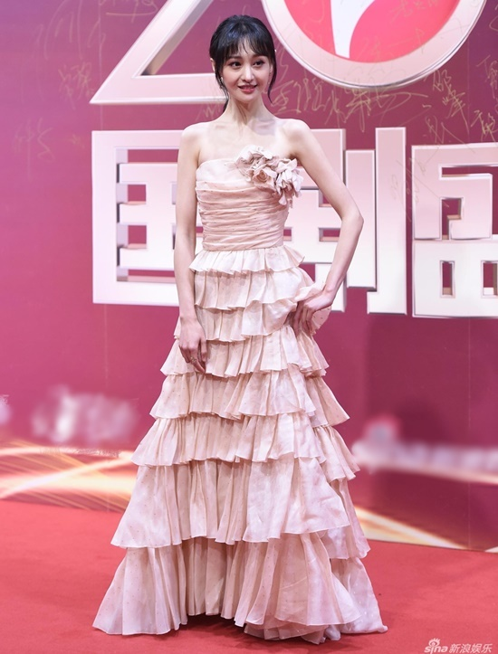Trịnh Sảng là ngôi sao được chú ý nhất trên thảm đỏ sự kiện. Cô lập tức lên top tìm kiếm Weibo với thiết kế váy quây nhiều tầng lãng mạn. Tuy nhiên nữ diễn viên lộ nhược điểm thân hình gầy gò thiếu sức sống.