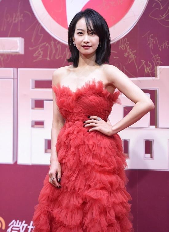 Tống Thiến diện váy đỏ bồng bềnh. Các sao nữ phải chịu cái rét 2 độ C ở Bắc Kinh để đi thảm đỏ với những bộ cánh lộng lẫy.