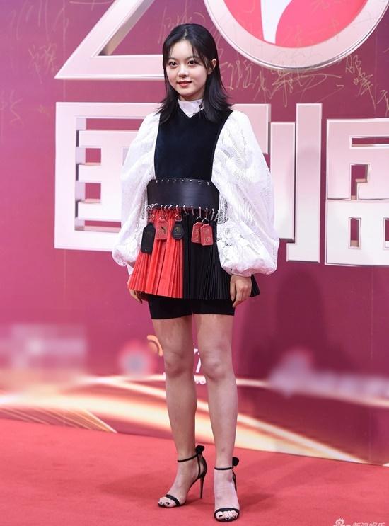 Sao nữ 10x Triệu Kim Mạch gây chú ý vì đeo thắt lưng cồng kềnh, phong cách độc đáo nhưng không nhận được phản hồi tốt.