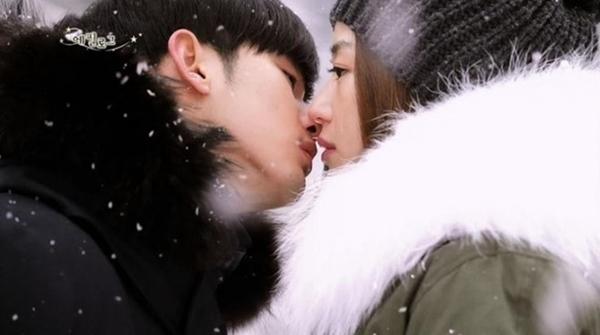 4. My Love from the Star (2012): Cảnh hôn giữa trời tuyết của Kim Soo Hyun và Jun Ji Hyun để lại nhiều ấn tượng. Trong cảnh phim này, Chon Song Yi (Jun Ji Hyun) đang đứng tạihồ nước đóng băng. Do Min Joon đã đến nắm tay và hôn cô giữa trời đầy tuyết. Khung cảnh lãng mạn dưới trời giá lạnh đã sưởi ấm trái tim khán giả.