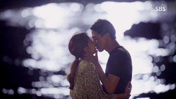 5. Its Okay, Thats Love (2013): Phản ứng hóa học tuyệt vời giữa Jo In Sung và Gong Hyo Jin là một trong những yếu tố giúp bộ phim thành công. Trong một cảnh phim ghi lại không gian thơ mộng của biển đêm, Jae Yeol (In Sung) đã hôn Hae Soo (Hyo Jin) ngọt ngào và cô cũng nhiệt tình đáp lại, tạo nên nụ hôn nóng bỏng khiến người xem phấn khích.