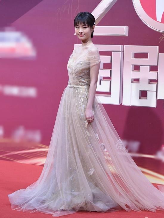 Lý Canh Hy - ngôi sao 10x mới nổi của màn ảnh Hoa ngữ - chọn bộ đầm thướt tha nhưng kiểu tóc ngắn đơn giản khiến tổng thể giảm ấn tượng.