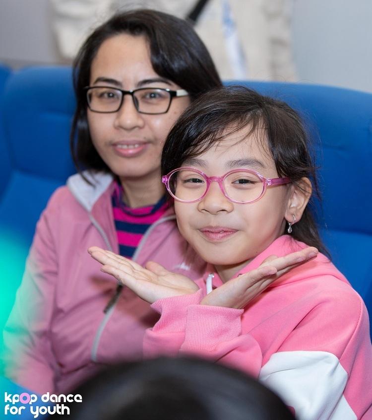 Bé Khánh Hà (8 tuổi), khán giả 'ruột' của Kpop Dance For Youth, bé theo dõi tất cả các vòng biểu diễn trực tiếp của chương trình. Bé háo hứng: Con rất mong chờ các anh chị nhảy bài hát của BLACKPINK - nhóm nhạc yêu thích của con. Chị Phương Mai, mẹ bé, cho biết vì bé thích Kpop và nhảy múa nên chị đã cho con đi học và bé sắp tới cũng đi diễn cho các chương trình truyền hình.