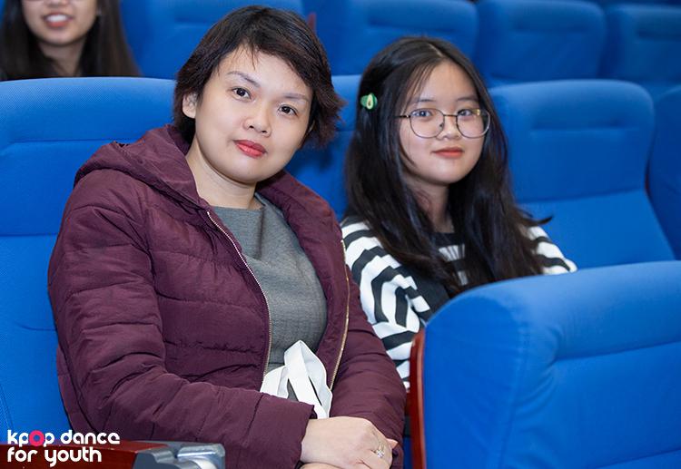 Chị Thanh Hà cũng dẫn con tới chương trình vì biết con mình, bé Diễm Quỳnh, rất thích Kpop và chị muốn bé cũng năng động, hoạt náo như các thí sinh của cuộc thi.