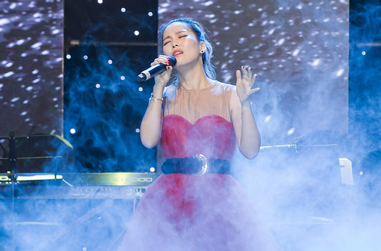 Chương trình Spark live concert: So Hyang in Vietnam diễn ra tại sân khấu Lan Anh. Suốt hơn ba tiếng, nữ diva Hàn cùng các khách mời đã mang lại đêm nhạc nhiều cảm xúc. Trong bộ váy đỏ nổi bật, diva Hàn Quốc gửi lời chào đến khán giả, cảm ơn fan đã dành cho mình tình cảm yêu quý suốt nhiều năm qua.