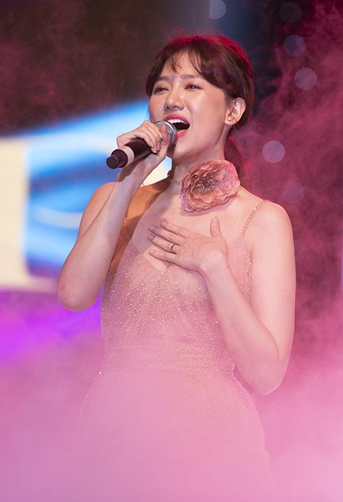 Hari Won trình diễn hai ca khúc gắn liền với sự nghiệp Love u hate u và Anh cứ đi đi mang đến không gian âm nhạc lúc sôi nổi, lúc buồn tênh. Nữ ca sĩ cảm thấy nhỏ bé khi đứng trong chương trình, đặc biệt là có sự góp của thần tượng - Diva So Hyang.
