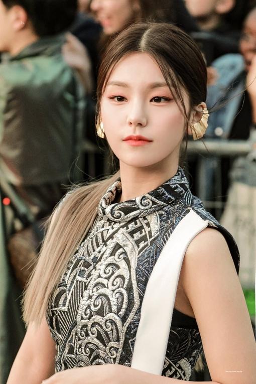 Khác với vẻ ngoài cá tính khi trình diễn, mỗi lần dự sự kiện, Yeji mang đếnhình ảnh khác lạ, quý phái và trưởng thành hơn nhờ mái tóc buộc thấp.