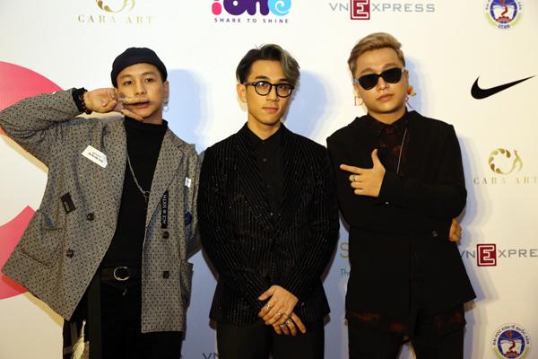 Yanbi, Dương Edward (từ phải sang)hội ngộ tại sự kiện, Không hẹn mà gặp, các chàng trai đều diện trang phục tối màu đầy bí ẩn.