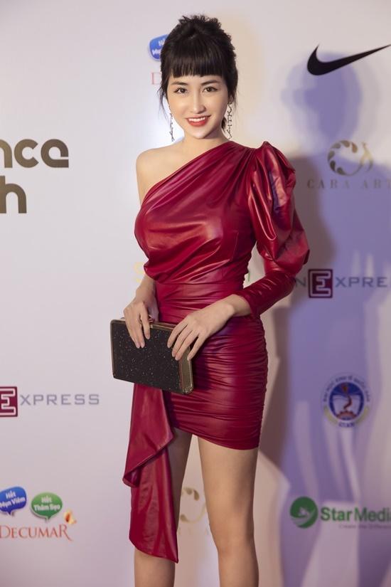 Trang Moon thu hút sự chú ý khi xuất hiện với hình ảnh gợi cảm. Cô để tóc mái bằng tạo sự mới mẻ.