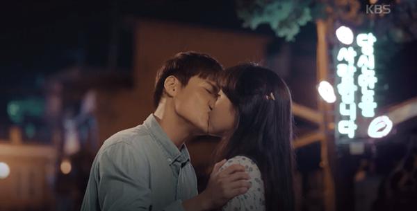 10. When the Camellia Blooms (2019): Nụ hôn đầu tiên giữa Yong Shik (Kang Ha Neul) và Dong Baek (Gong Hyo Jin) trong nhận được sự hưởng ứng nhiệt tình từ khán giả. Sau một thời gian Yong Shik theo đuổi Dong Baek, cô nhận thấy tình cảm chân thành từ anh cảnh sát hiền lành và đặt nụ hôn lên má anh. Ngay sau đó, Yong Shik đã dũng cảm tiến tới hôn Dong Baek bằng một nụ hôn ngọt ngào.